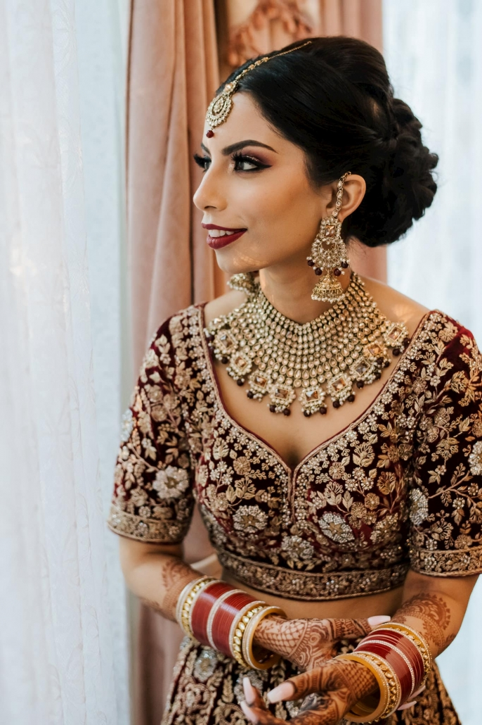 Melbourne bride, Simran looked stunning on her wedding day. She wore a gorgeous kundan jewellery set, along with choora. Go behind the scenes of her colourful Sikh wedding only on The Maharani Diaries.